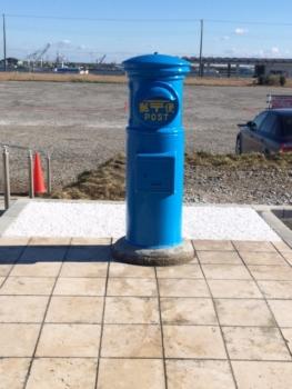 青い丸型郵便ポスト